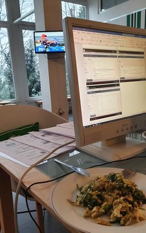 Multitasking: Seminarunterlagen erstellen, Mittagessen und Biathlon-WM :-)